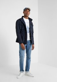 HKT by Hackett - CORE LIGHT WASH - Džíny Slim Fit - dark-blue denim