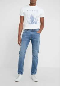 HKT by Hackett - CORE LIGHT WASH - Džíny Slim Fit - dark-blue denim - 0