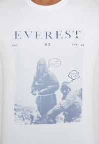 HKT by Hackett - EVEREST TEE - Triko spotiskem - white - 5