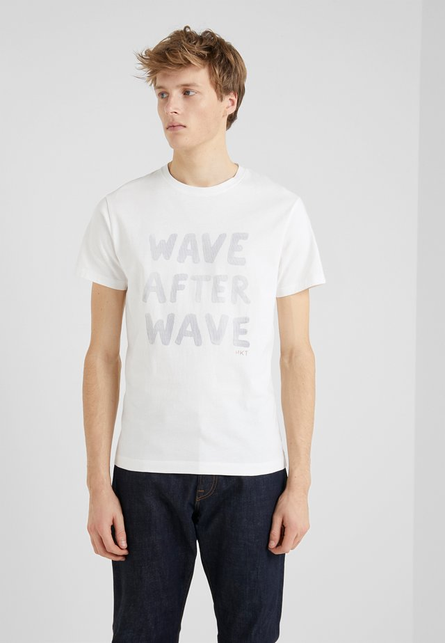 WAVE AFTER WAVE - T-shirt imprimé - white