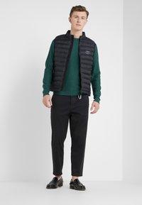HKT by Hackett - ESSENTIAL CREW - Stickad tröja - dark green - 1