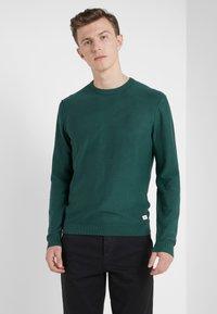 HKT by Hackett - ESSENTIAL CREW - Stickad tröja - dark green - 0