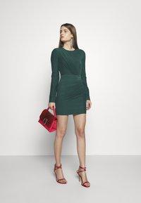 Hervé Léger - RUCHED LONGSLEEVE MINI - Sukienka z dżerseju - bright elm - 1