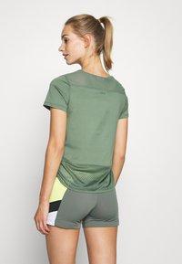 Hunkemöller - PERFORMANCE - Camiseta estampada - agave green - 2