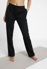 Hunkemöller - SLIM PANT - Teplákové kalhoty - black - 0