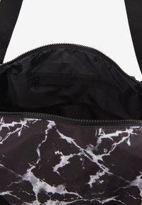 Hunkemöller - SPORT BAG MARBLE - Sportstasker - black - 4