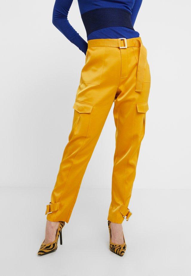 SKUNK - Stoffhose - yellow