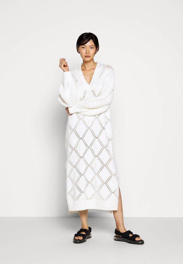 FOSSVEIEN DRESS - Sukienka dzianinowa - ecru