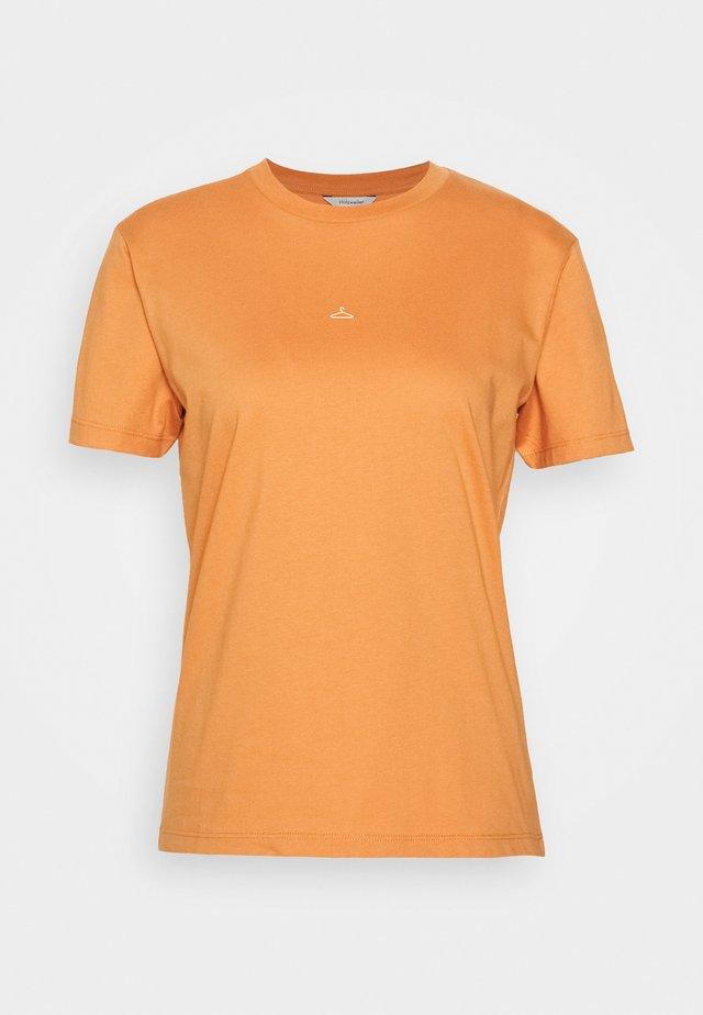 SUZANA TEE - T-shirts med print - orange