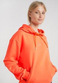 Holzweiler - HANG ON  - Hoodie - orange - 4
