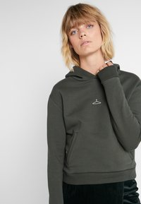 Holzweiler - HANG ON - Kapuzenpullover - army - 4