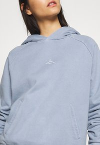 Holzweiler - HANG ON RAGLAN - Hoodie - vintage blue - 6