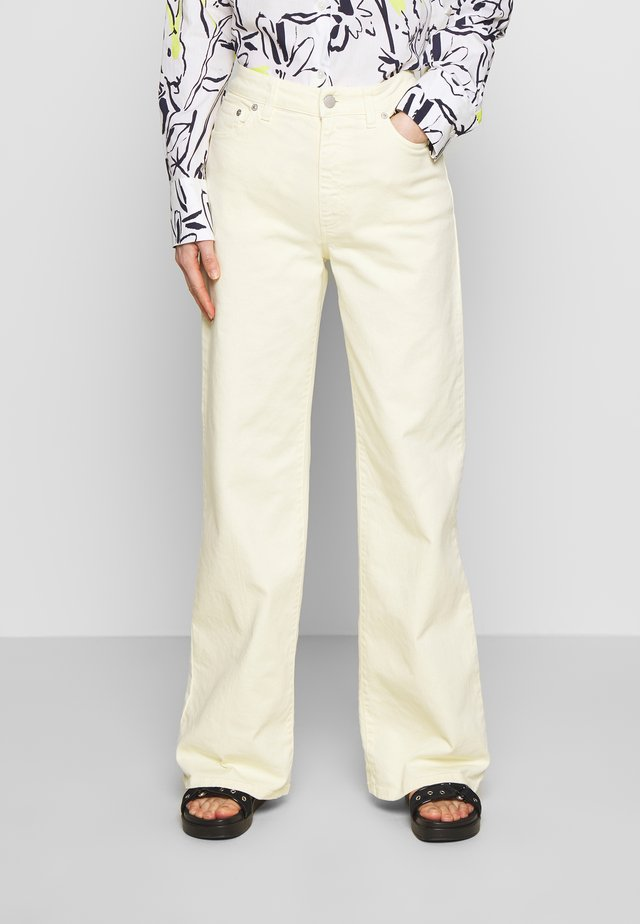 ODA  - Flared Jeans - light yellow