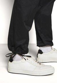 Holzweiler - PIMP TROUSER - Cargo trousers - black - 3