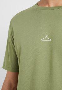 Holzweiler - HANGER TEE - T-shirts - green - 5