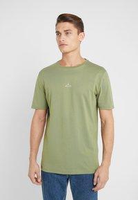 Holzweiler - HANGER TEE - T-shirts - green - 0