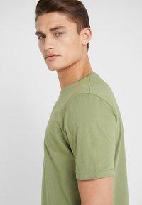 Holzweiler - HANGER TEE - T-shirts - green - 3