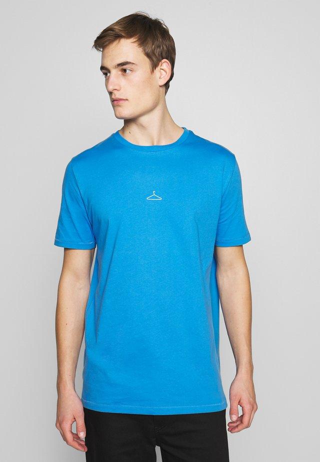 HANGER TEE - Triko spotiskem - blue/white