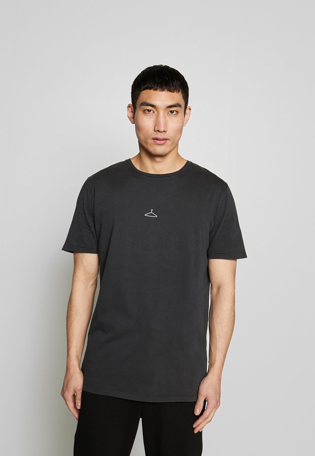 HANGER TEE - T-shirt z nadrukiem - washed black/white hanger