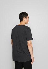 Holzweiler - HANGER TEE - T-shirts med print - washed black/white hanger - 2