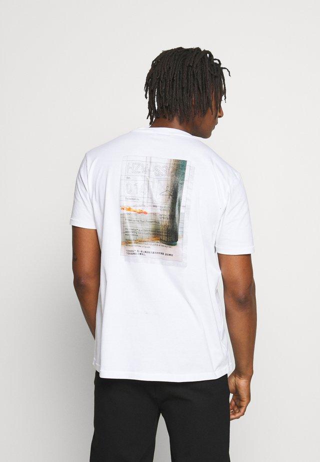 LIVE TOYENBADET - T-shirt imprimé - ecru