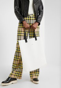 Holzweiler - HANGER TOTE BIG - Shopping bag - seethrough - 1