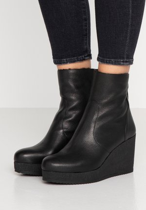 MICRO - Kotníkové boty na klínu - nero