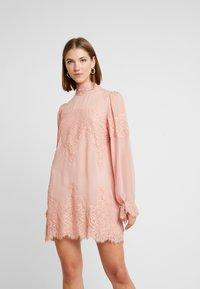 We are HAH - QUEEN A DAY DRESS - Robe de soirée - copper/rose - 0