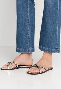 Hot Soles - Sandály s odděleným palcem - gold - 0