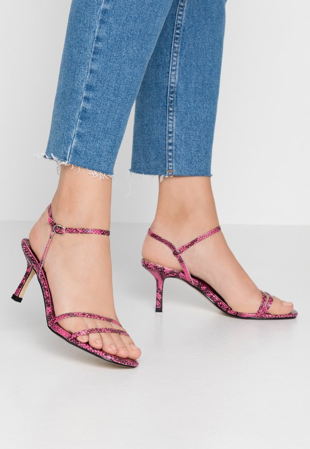 Sandaalit nilkkaremmillä - fushia