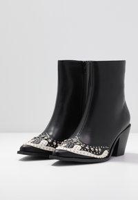 Hot Soles - Cowboy/biker ankle boot - black - 4
