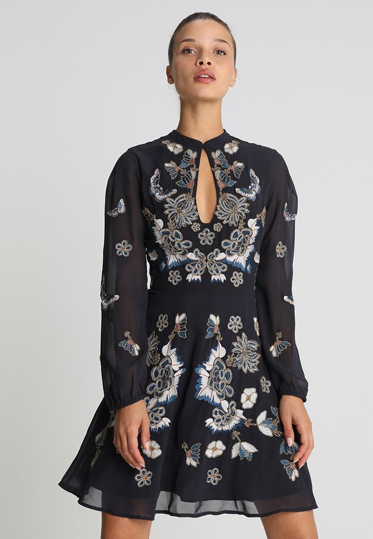 Hope & Ivy Petite - LONG SLEEVE EMBROIDERED WITH KEYHOLE - Cocktail dress / Party dress - navy