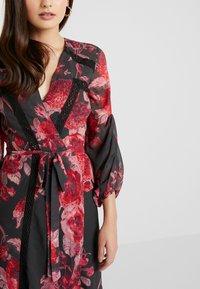 Hope & Ivy Petite - WRAP MAXI DRESS WITH TRIM DETAILS - Abito da sera - anthrazit/red - 5