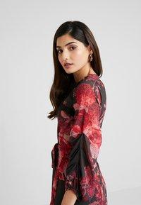 Hope & Ivy Petite - WRAP MAXI DRESS WITH TRIM DETAILS - Abito da sera - anthrazit/red - 4