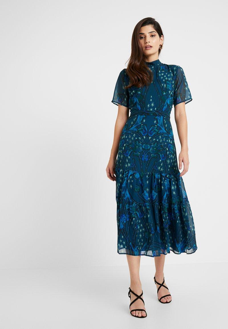 Hope & Ivy Petite - MIRROR PRINT SKATER DRESS WITH DROP - Maxi šaty - blue