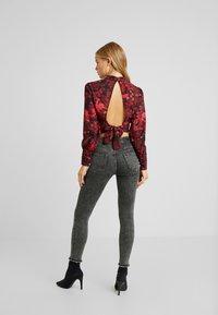 Hope & Ivy Petite - HIGH NECK BLOUSE - Blůza - red floral - 2