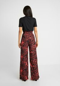Hope & Ivy Tall - TROUSERS RED PRINT - Bukse - black/red - 2