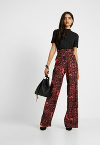 Hope & Ivy Tall - TROUSERS RED PRINT - Bukse - black/red - 1