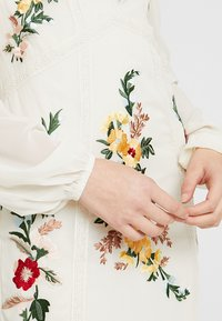 Hope & Ivy Tall - EMBROIDERED LONG SLEEVE MINI - Cocktail dress / Party dress - cream - 6