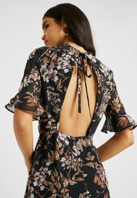 Hope & Ivy Tall - DOUBLE DROP MIDI DRESS WITH OPEN BACK - Cocktailkjole - black - 7