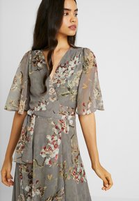 Hope & Ivy Tall - WRAP MAXI DRESS WITH GUAGED DROP HEM - Galajurk - grey - 4