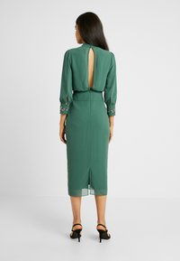 Hope & Ivy Tall - EMBELLISHED WAIST AND CUFF MIDI DRESS - Cocktailkjole - green - 3