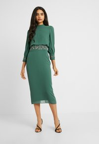 Hope & Ivy Tall - EMBELLISHED WAIST AND CUFF MIDI DRESS - Cocktailkjole - green - 0