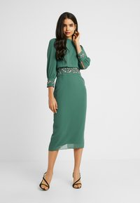 Hope & Ivy Tall - EMBELLISHED WAIST AND CUFF MIDI DRESS - Cocktailkjole - green - 2