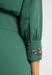 Hope & Ivy Tall - EMBELLISHED WAIST AND CUFF MIDI DRESS - Cocktailkjole - green - 7