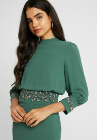 Hope & Ivy Tall - EMBELLISHED WAIST AND CUFF MIDI DRESS - Cocktailkjole - green - 4