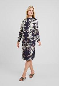 Hope & Ivy Maternity - MIRROR PRINT PENCIL DRESS - Hverdagskjoler - multicolor - 0