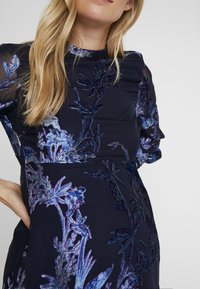Hope & Ivy Maternity - BLOUSON SLEEVE SKATER DRESS WITH BOW BACK - Cocktail dress / Party dress - navy blue - 6