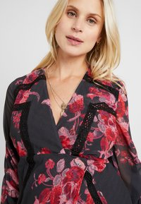 Hope & Ivy Maternity - WRAP MAXI DRESS WITH TRIM DETAILS - Hverdagskjoler - red - 5