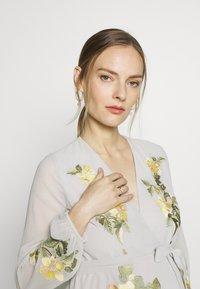 Hope & Ivy Maternity - MIDAXI EMBROIDERED WRAP DRESS - Iltapuku - grey - 3